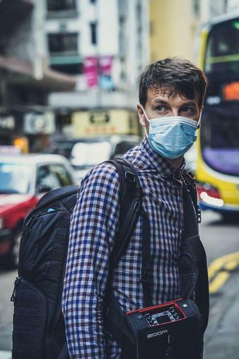 Persona con mascarilla para coronavirus